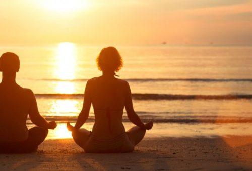 coppia-meditazione-spiaggia-562x360